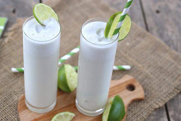 Ceaiurile verii, tonice si racoritoare + 3 retete creative pentru a te hidrata (bautura din lamaie si lapte de cocos)